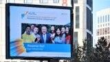 """""""Нұр Отан"""" саяси партиясының сайлауалды жарнамасындағы осы ұйымның жетекшісі, экс-президент Нұрсұлтан Назарбаев пен жастар бейнесі. Нұр-Сұлтан, 30 желтоқсан 2020 жыл."""