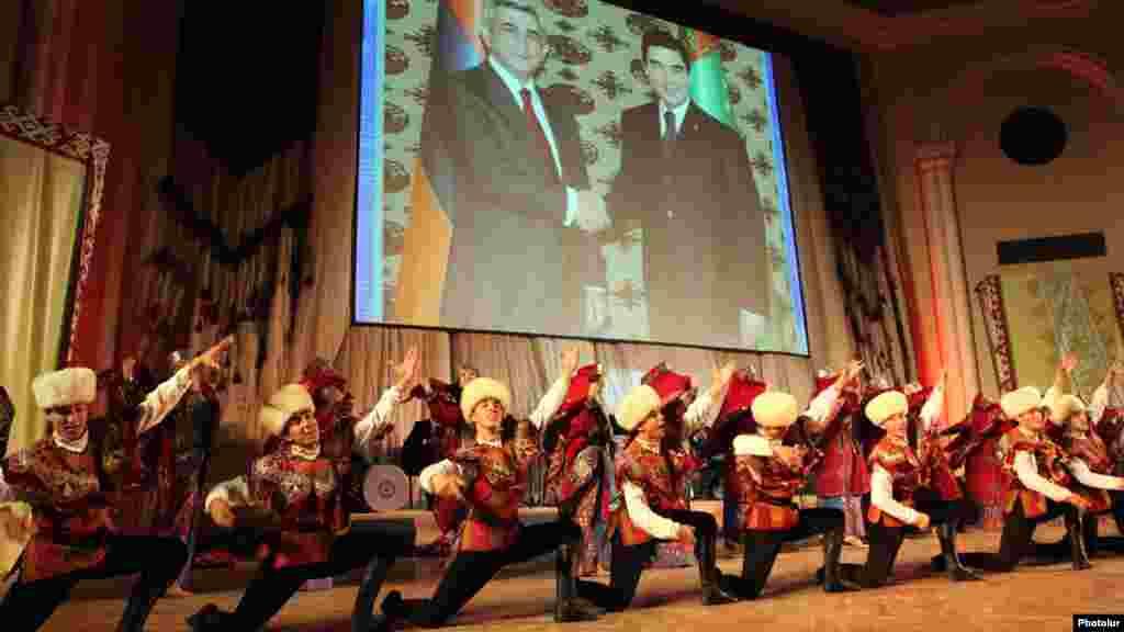 A Turkmen folk dance band performs in the Armenian capital, Yerevan, ahead of Turkmen President Gurbanguly Berdymukhammedov's official visit. Berdymukhammedov is pictured behind on the right with Armenian President Serzh Sarkisian. (Photolur)
