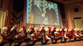 Armenia - A Turkmen folk dance band performs in Yerevan ahead of President Gurbanguly Berdimuhamedov's official visit to Armenia, 28Nov2012.