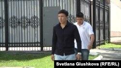 Житель Астаны Алиби Жумагулов, за ним — его охранник. Астана, 15 июня 2015 года.