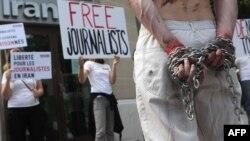 این تصویر مربوط به اعتراضات علیه وضعیت روزنامهنگاران در ایران، در برابر هواپیمایی ملی ایران در پاریس در سال ۲۰۱۲ میلادی میشود