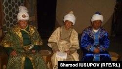 Актеры Ошского Государственного академического узбекского музыкально-драматического театра имени «Бабура».