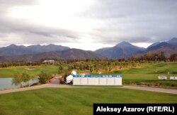 """Вид на поля гольф-курорта """"Жайляу""""."""