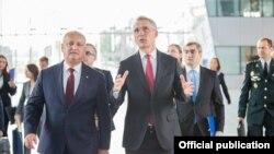 Igor Dodon și Jens Stoltenberg la sediul NATO