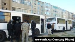 Отряд спецназа рядом с домом, где укрываются обвиняемые в терроризме. Кульсары, 12 сентября 2012 года.