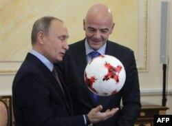Путин и президент ФИФА Джанни Инфантино с официальным мячом Кубка конфедераций