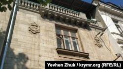 Даты начала и окончания постройки дома на символических гербовых щитах