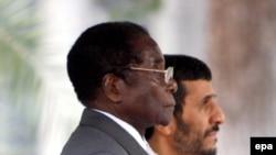 رابرت موگابه در کنار محمود احمدی نژاد در جریان سفر رییس جمهوری زیمبابوه به تهران