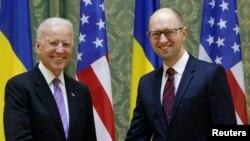 АҚШ вице-президенті Джо Байден (сол жақта) мен Украина премьер-министрі Арсений Яценюк.
