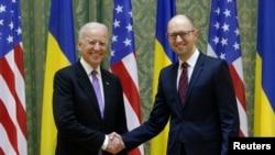آرسنی یاتسنیوک، نخست وزیر اوکراین (راست) و جو بایدن، معاون رئیس جمهور آمریکا (چپ)