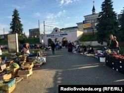 Самовільний ринок поблизу залізничного вокзалу в Ковелі
