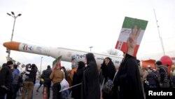 نمایش عمومی موشک ماهوارهبر سیمرغ در سالگرد انقلاب ۱۳۵۷ ایران