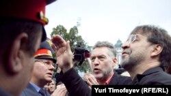 Юрий Шевчук и Артемий Троицкий уговаривают милиционеров пропустить на Пушкинскую площадь звуковое оборудование, 22 августа 2010 г.