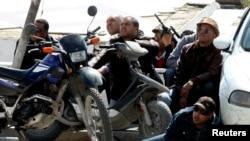 رجال امن امام مبنى البرلمان في تونس، 18 آذار 2015