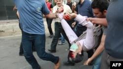 یک شهروند ایرانی که به دست نیروهای حکومتی زخمی شده است.