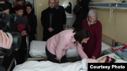 Presidentja atifete Jahjaga vizitoi të mbijetuarën e ortekut, Prizren, 12 shkurt.