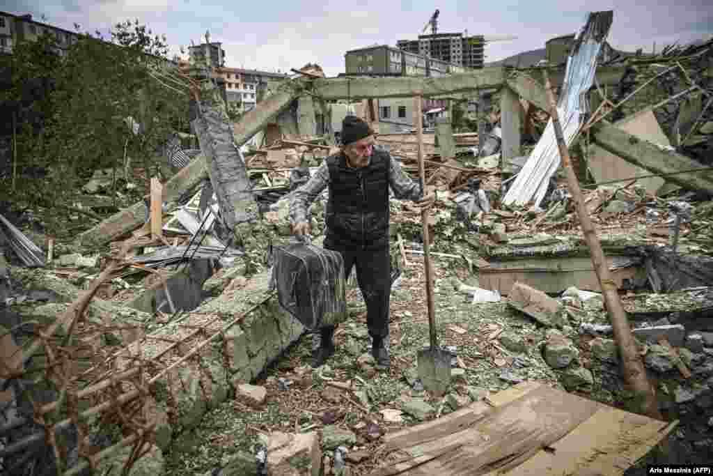 73-летний армянский полицейский в отставке Геннадий Аванесян ищет свои вещи среди руин собственного дома в Степанакерте, разрушенного в результате обстрела 10 октября. Степанакерт – главный город Нагорного Карабаха. Здесь до недавних боев проживало около 55 тысяч человек.