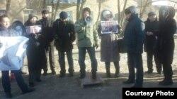 На акции солидарности с заключенным диссидентом и поэтом Ароном Атабеком. Атырау, 24 января 2015 года.
