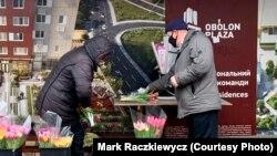 Чоловік у Києві купує квіти перед 8 березня