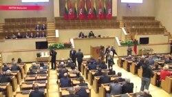 Новый парламент Литвы на первом же заседании решил сократить себя на треть