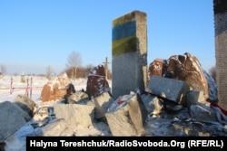 После разрушения украинского памятника в польских Грушовичах в бывшем селе Гута-Пеняцкая был разрушен памятник убитым полякам. 10 января 2017 года