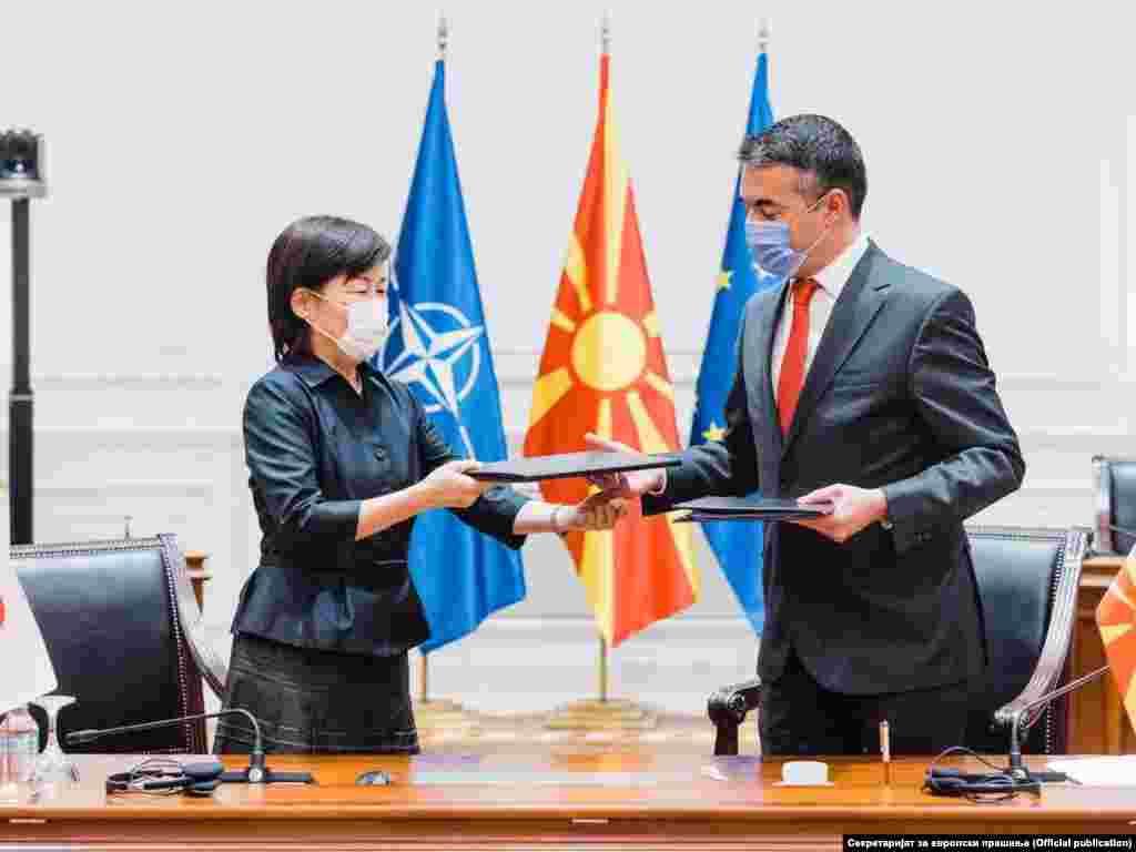 ЈАПОНИЈА / СЕВЕРНА МАКЕДОНИЈА - Вицепремиерот задолжен за европски прашања, Никола Димитров, заедно со амбасадорката на Јапонија во Северна Македонија, Кеико Ханеда, потпишаа Договор за јапонска грант помош за економски и социјален развој.