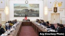 ارشیف، د افغانستان د سولې مرکچي پلاوي یو شمېر غړي له جمهور رئیس محمد اشرف غني سره د لیدنې پر مهال