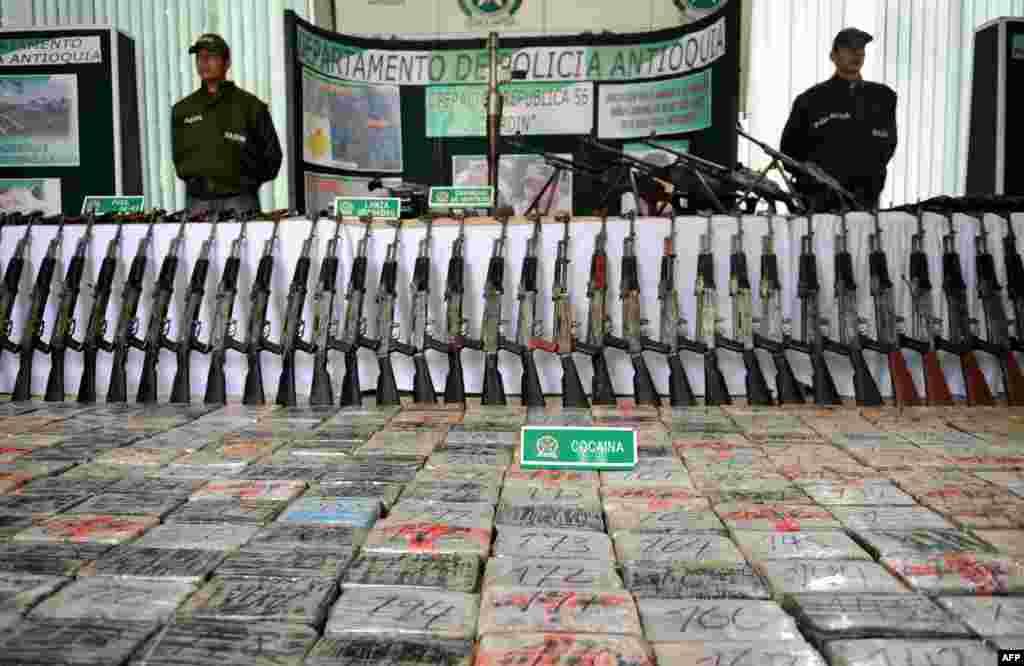 Еквадор і Перу вже багато років нелегально поставляють зброю колумбійським наркокартелям. За даними американського стратегічного дослідницького центру RAND, приватні охоронні підприємства і громадяни, замішані в криміналі, перепродують зброю з військових складів на міжнародному чорному ринку. Пізніше товар доставляють через гірські маршрути, сплавляють по річці або перевозять за спеціальними партизанським маршрутами в джунглях, щоб урядові служби не змогли перешкодити операції На фото – зброя (98 штук АК-47) і брикети з кокаїном, конфісковані у колумбійських наркокартелів, у поліцейській дільниці. Вересень 2008 року