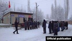 Во время церемонии открытия пункта милиции. Село Жар-Коргон Ноокатского района Ошской области. 14 декабря 2019 года.
