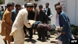 На месте взрыва в провинции Гильменд в Афганистане. Лашкаргах, 22 июня 2017 года.