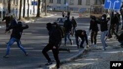 Молодики в масках і з камінням в руках на вулицях Львова, 19 березня 2016 року