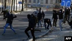 Невідомі в масках кидають каміння у бік ЛГБТ-активістів у Львові, 19 березня 2016 року