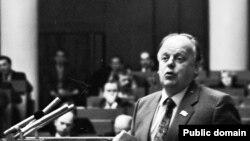 Станіслаў Шушкевіч на трыбуне ВС, фота Ул. Сапагова
