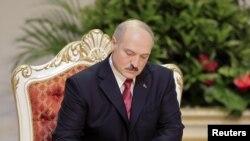 Аляксандар Лукашэнка падпісвае сэртыфікат інаўгурацыі пасьля прысягі падчас яго інаўгурацыі ў Менску, 21 студзеня 2011 году