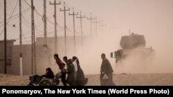 """Ирак армиясы мен """"Ислам мемлекеті"""" экстремистік тобы арасында шайқас жүріп жатқан Мосул қаласындағы тұрғындар. (Көрнекі сурет.)"""