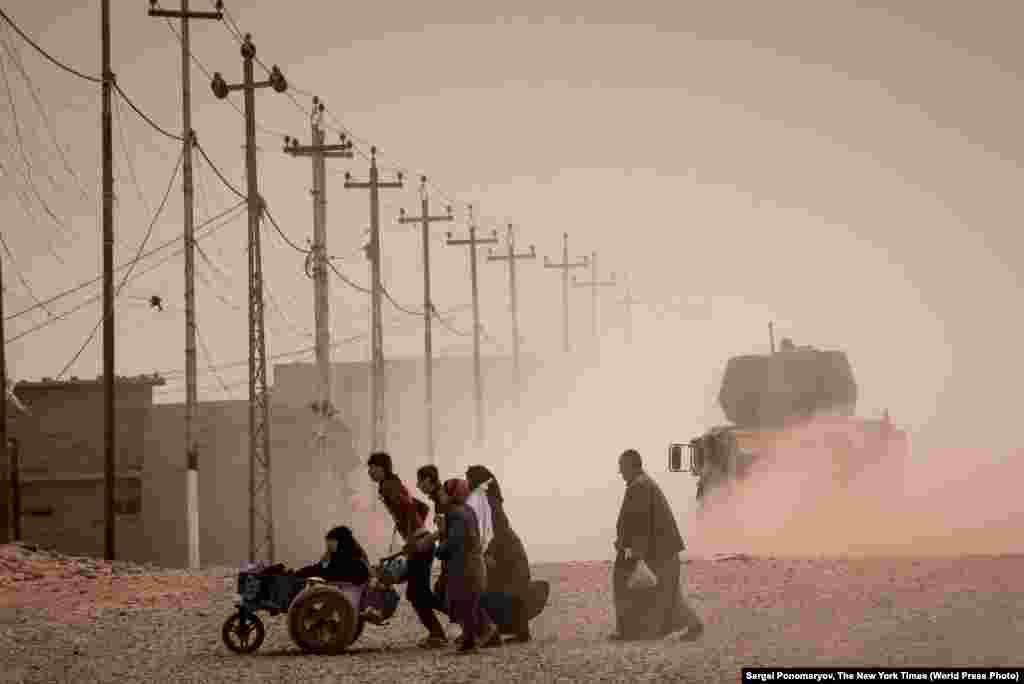 """Другі прыз у катэгорыі """"Навіны"""": іракцы бягуць з Масула падчас апэрацыі па яго вызваленні ад баевікоў так званай """"Ісламскай Дзяржавы"""". Фота – Сяргей Панамароў."""