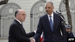 Ministul de justiție american Eric Holder (dr) și cel de interne francez Bernard Cazeneuve, la Paris, la încheierea reuniunii ministeriale pe tema terorismului de la 11 ianuarie