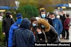 Szlovák állampolgárok várakoznak a tesztelésre Trencsénben 2020. október 31-én.
