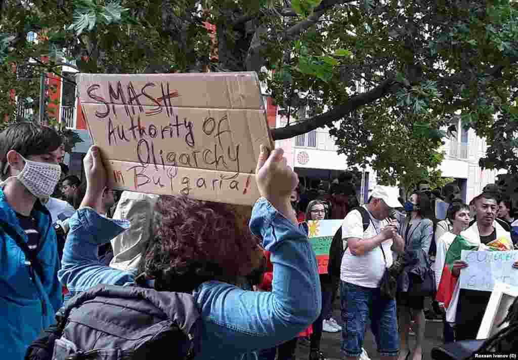 """""""Смажете властта на олигархията в България!"""" Надпис на плакат от протеста на българи в Берлин на 16 юли."""