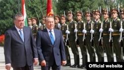 Президент Казахстана Нурсултан Назарбаев (справа) и президент Таджикистана Эмомали Рахмон. Душанбе, 14 сентября 2015 года.