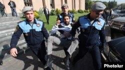 Armenia - Police detain an activist outside the Mayor's Office in Yerevan, 31Oct2013.