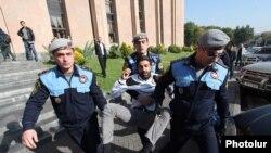 Հայաստան - Ոստիկանները բերման են ենթարկում քաղաքացիական ակտիվիստին քաղաքապետարանի մոտ անցկացվող բողոքի ակցիայի ժամանակ, արխիվ, Երևան, 31-ը հոկտեմբերի, 2013թ․