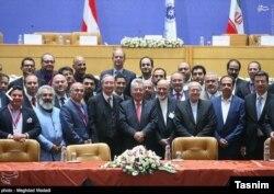کامران قادری (سوم از سمت چپ) در میان هیات بازرگانی اتریشی در تهران