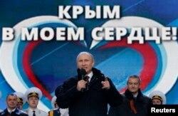 Ресей президенті Владимир Путин (ортада) Ресейдің Қырымды қосып алуына орай өткен концертте сөйлеп тұр. Мәскеу, Қызыл алаң, 18 наурыз 2014 жыл.
