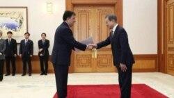 سعید بادامچیان شبستری، سفیر ایران در کره جنوبی، هنگام تسلیم استوارنامه خود به رئیسجمهوری این کشور در روز پنجم دی ۹۷.