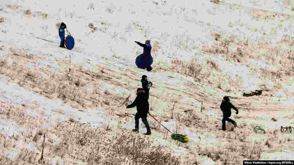 Больше фото зимнего отдыха крымчан можно увидеть в фотогалерее «Горки, санки, шашлыки: как крымчане проводят зимние каникулы»