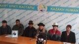 Hytaýdan gelen etniki gyrgyzlar Almatyda metbugat ýygnagyny berýärler. Arhiw suraty.