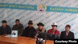 Hytaýdan gelen etniki gyrgyzlar Almatyda metbugat ýygnagyny geçirýärler. Arhiw suraty.
