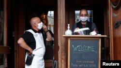 Konobari u Briselu čekaju mušterije, 8. juni 2020.