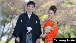 Жапониялық Минами Сейтенова (оң жақта) жұбайы Қанат Сейтеновпен бірге. Сурет жеке мұрағаттан алынған.